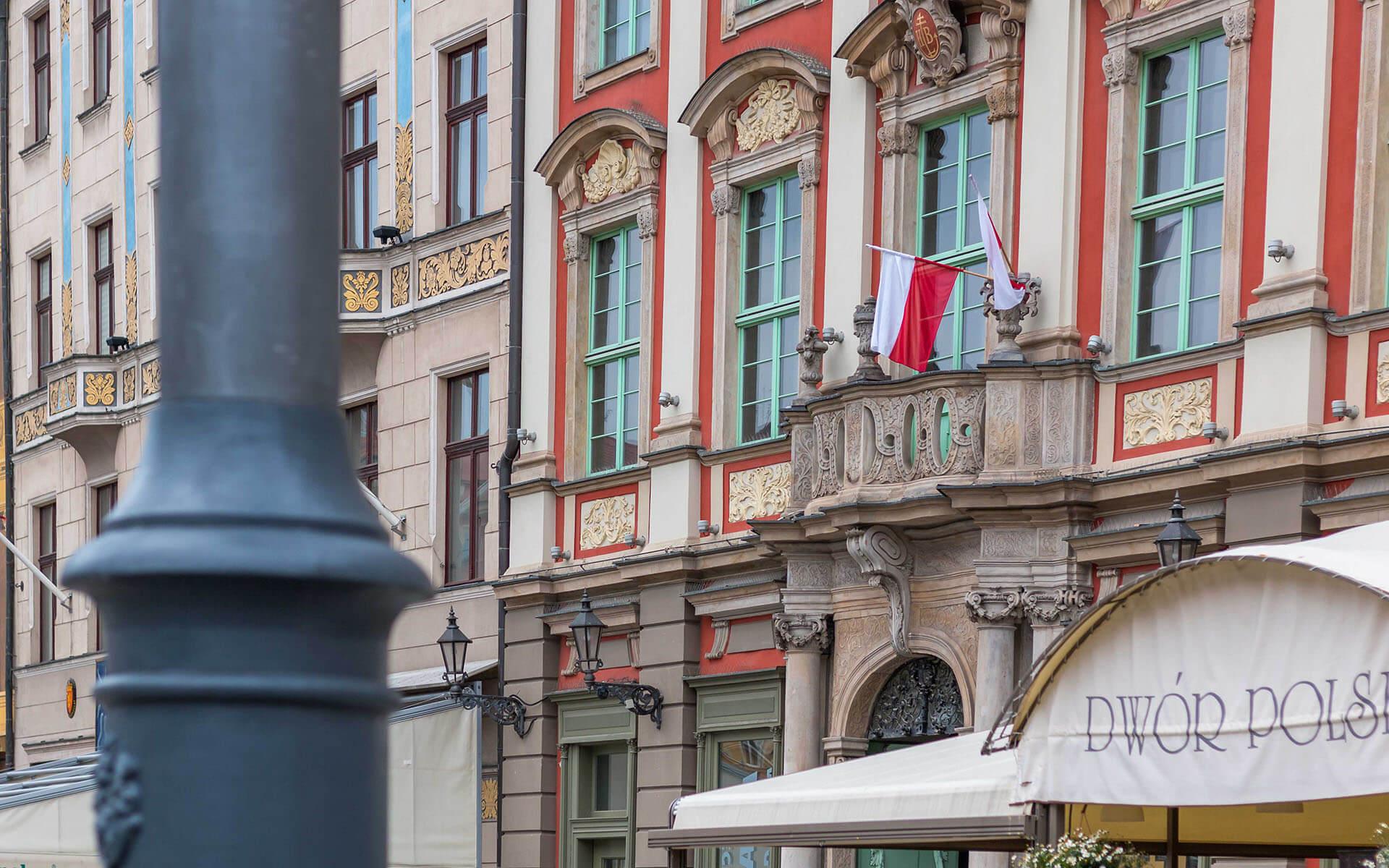 Polska flaga naWrocławskim rynku