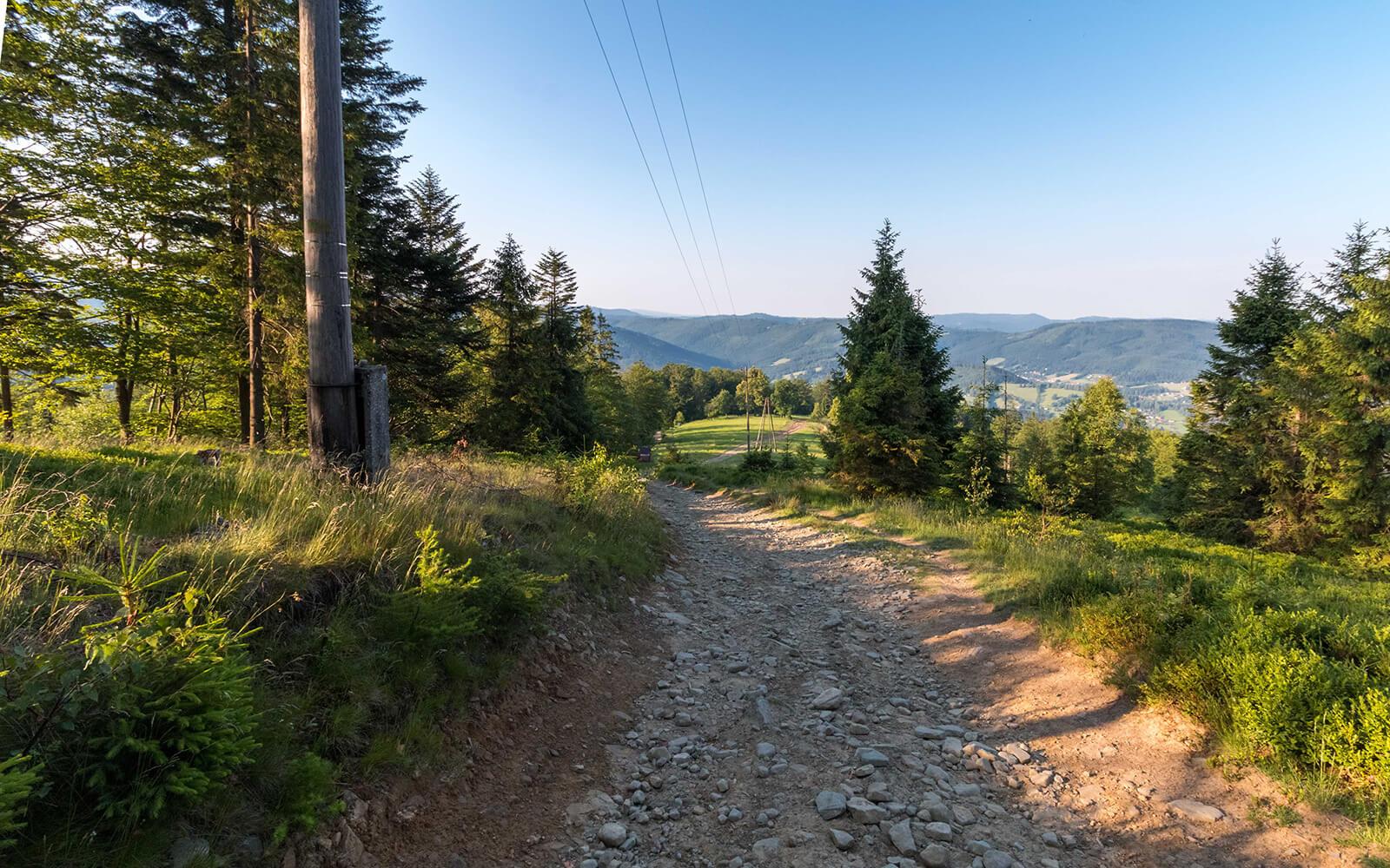 Zielony górski szlak pieszy wBrennej, widok namiasto