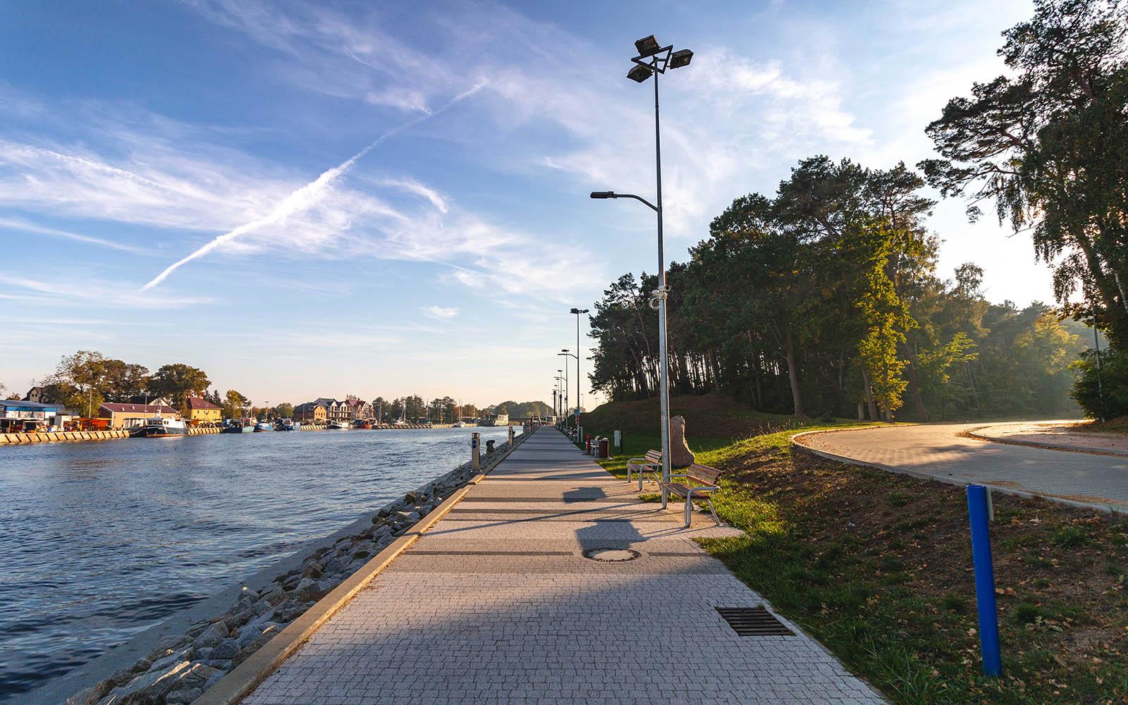 Deptak wzdłuż portu morskiego wMrzeżynie